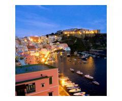 Øya Procida. Vakkert hus med terrasse med utsikt over havet